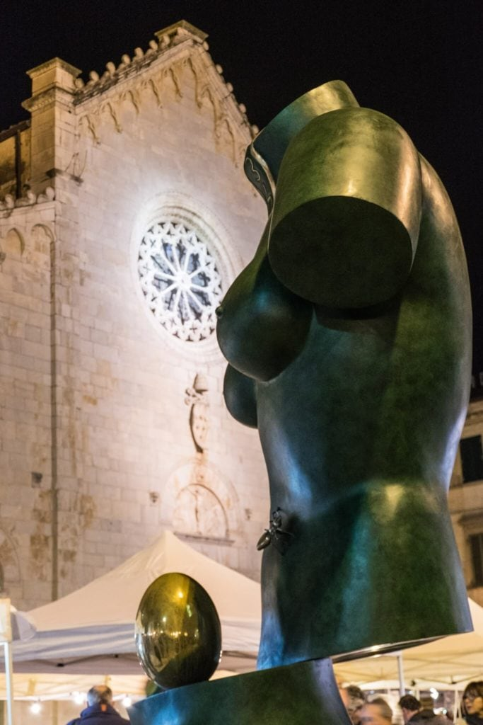 The Space Venus Salvador Dalì in Pietrasanta at night